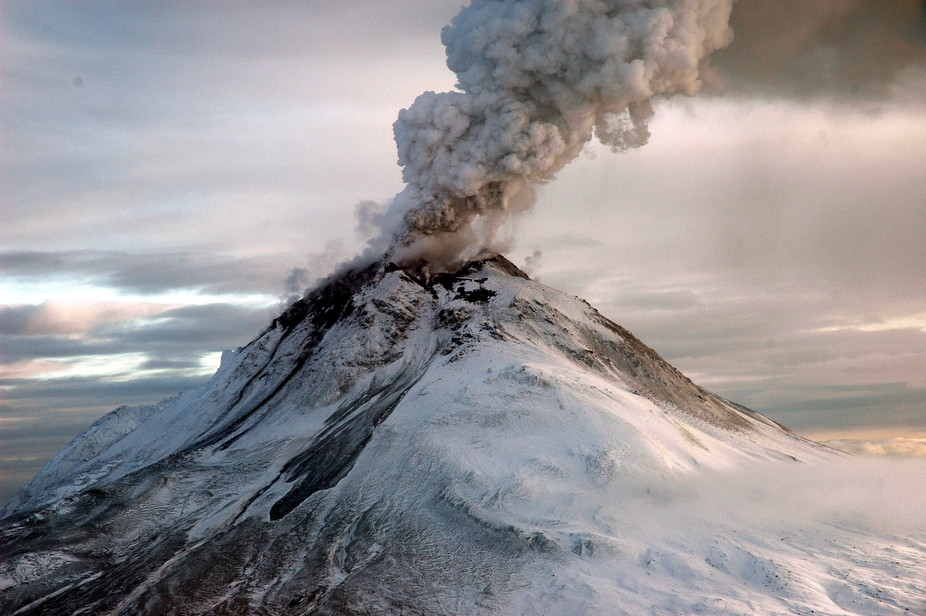 Volcano erupts in Alaska spewing ash 30000ft high into the atmosphere